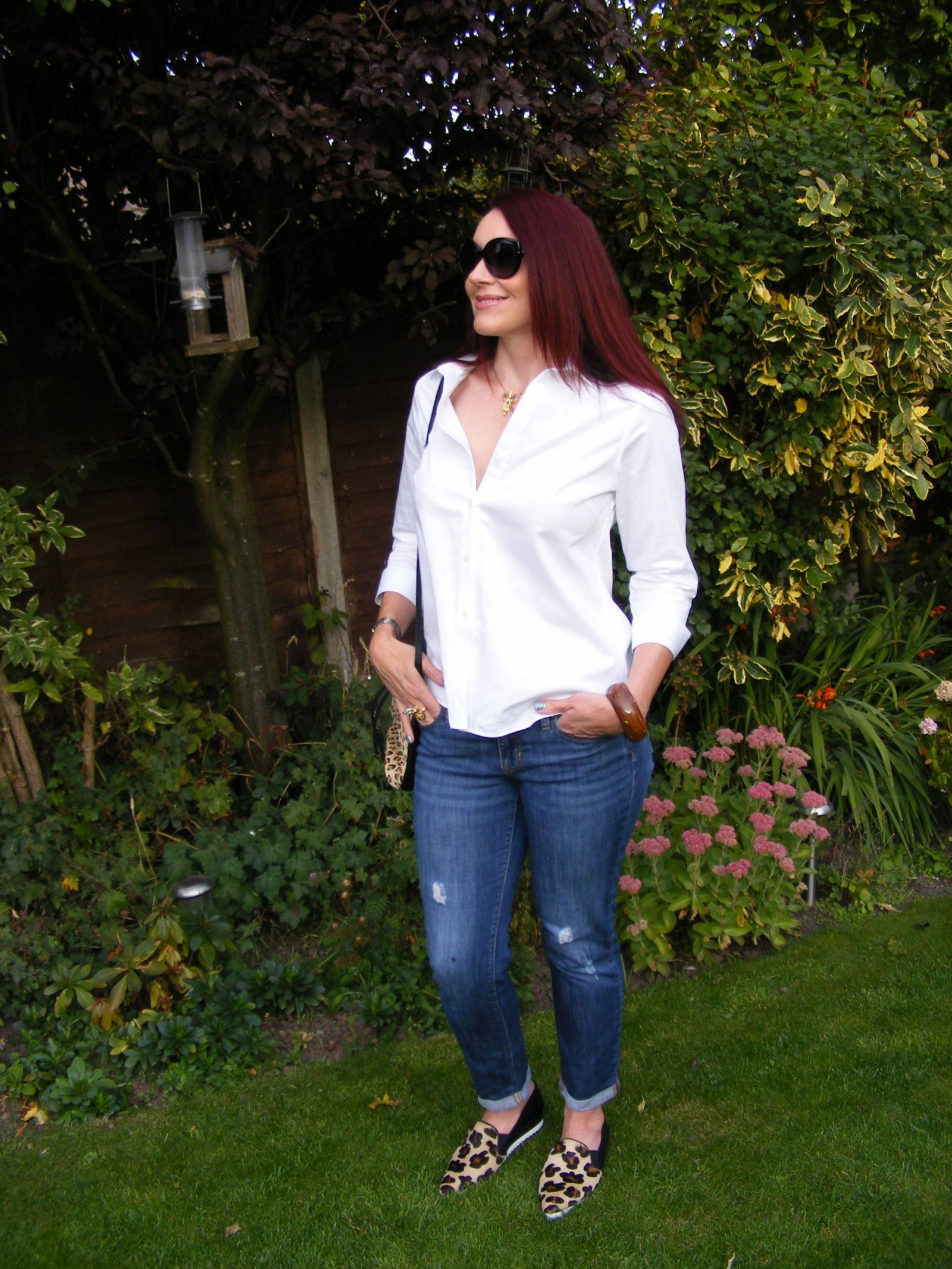 White shirt Gap boyfriend jeans