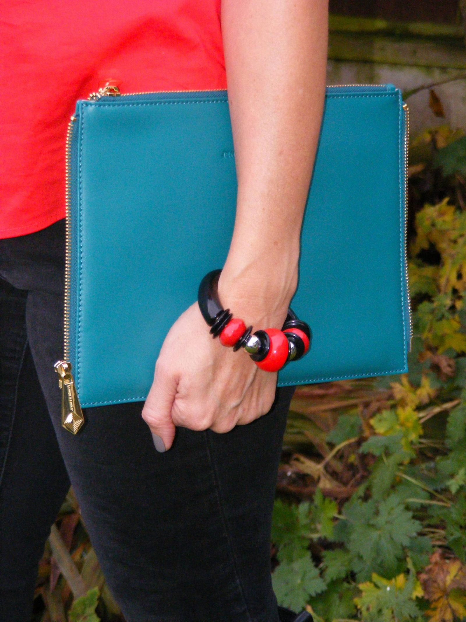 StyleWe Red Top Black Skinny Jeans Jennifer Hamley Clutch