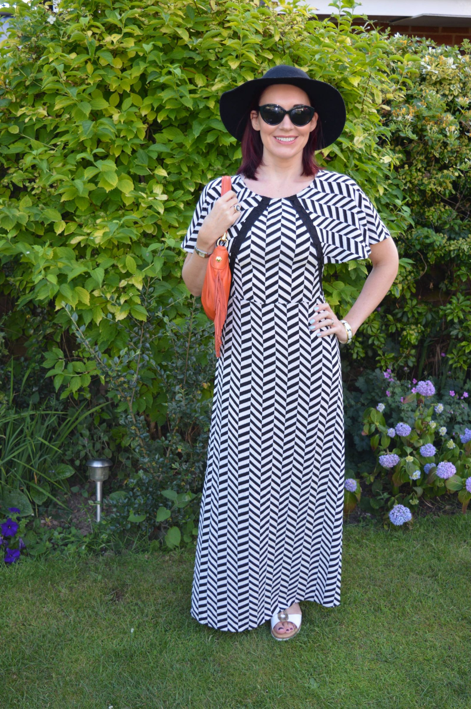 Liquorish Black and White Maxi Dress With a Wide Brim Hat