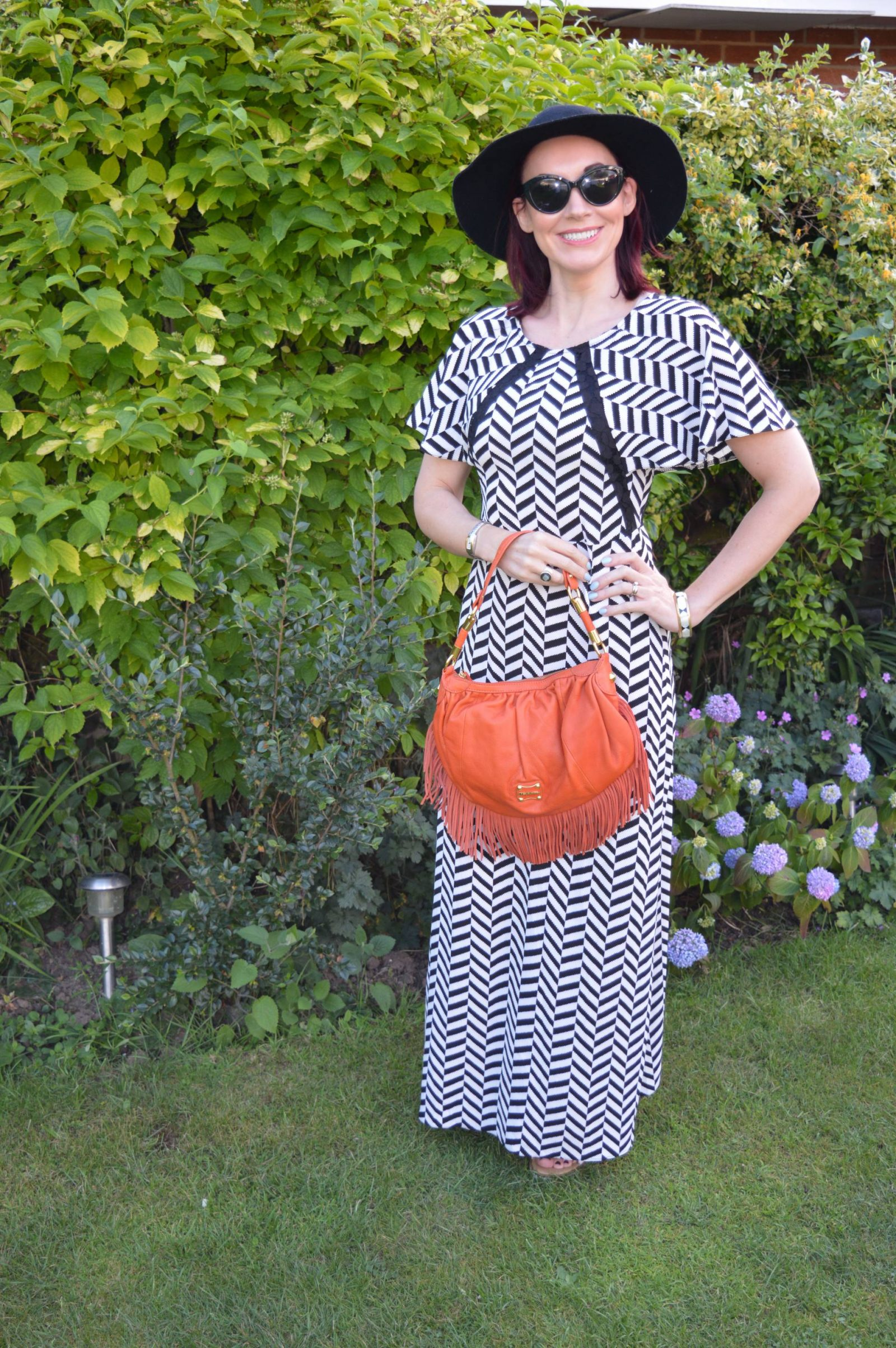 Liquorish Black and White Maxi Dress With a Wide Brim Hat orange Modalu fringe bag