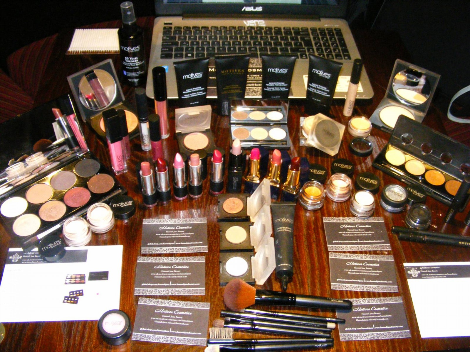 Motives cosmetics stand