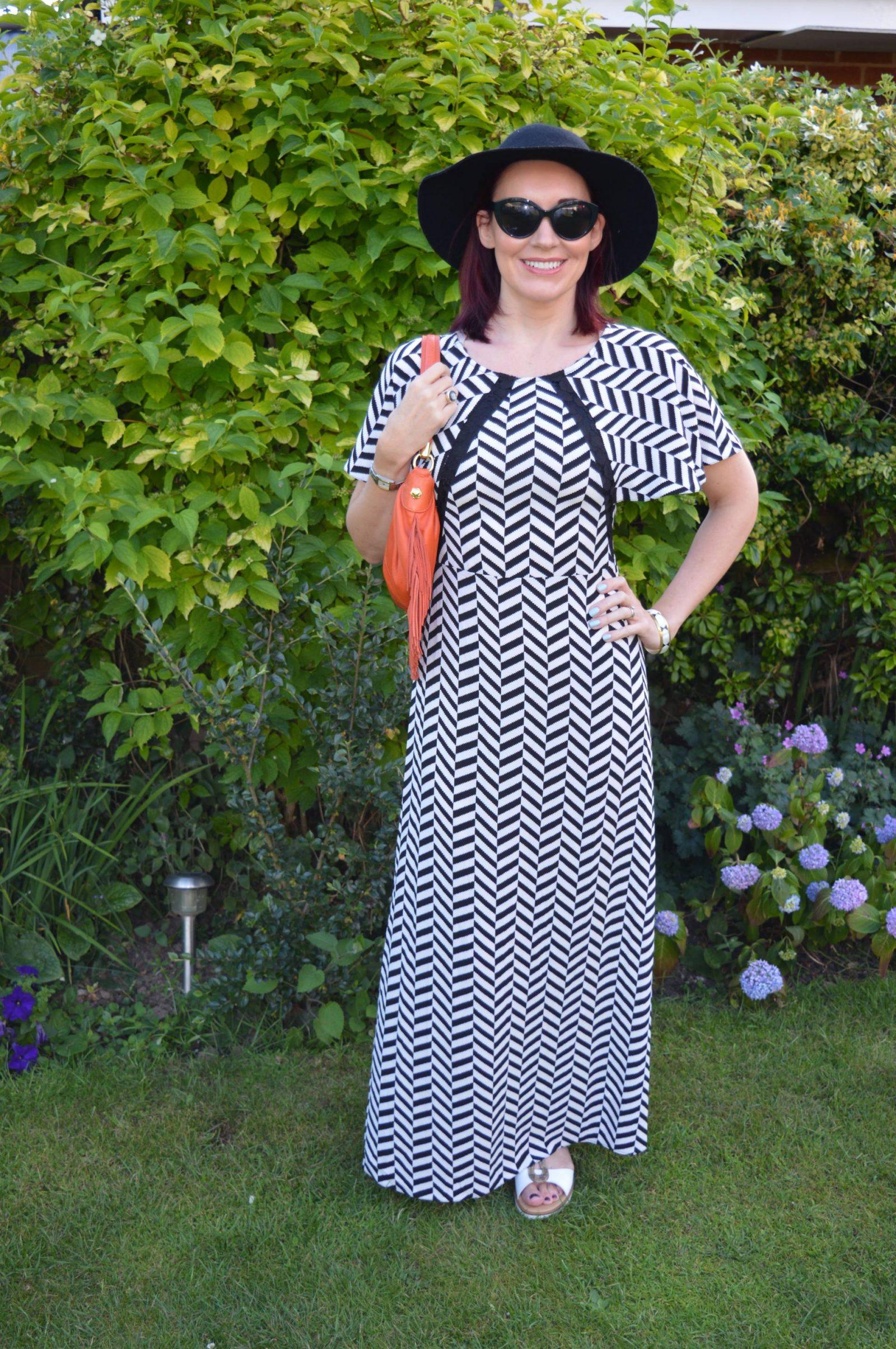 Liquorish Black and White Maxi Dress With a Wide Brim Hat