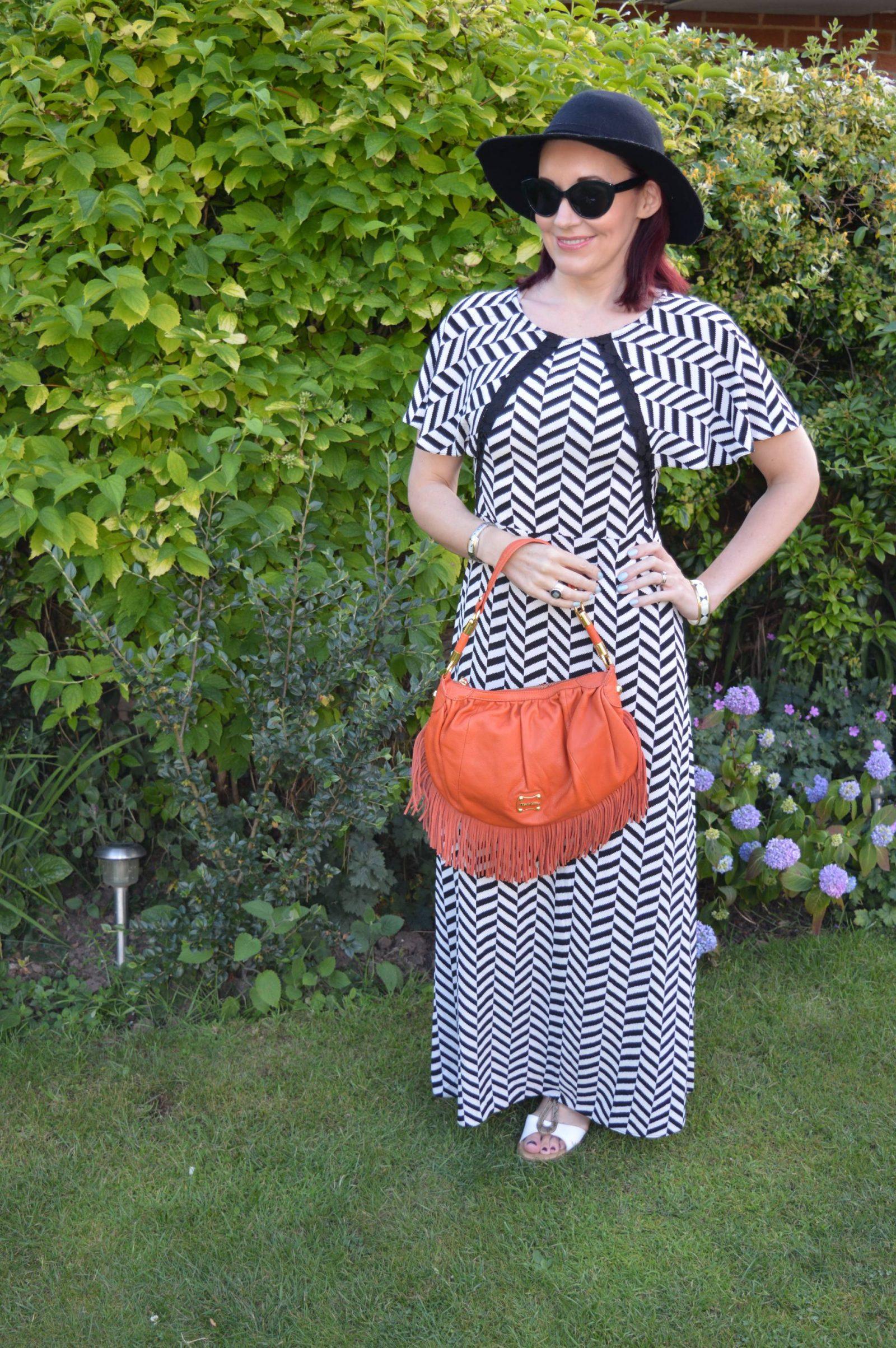 Liquorish Black and White Maxi Dress With a Wide Brim Hat Modalu orange fringe bag