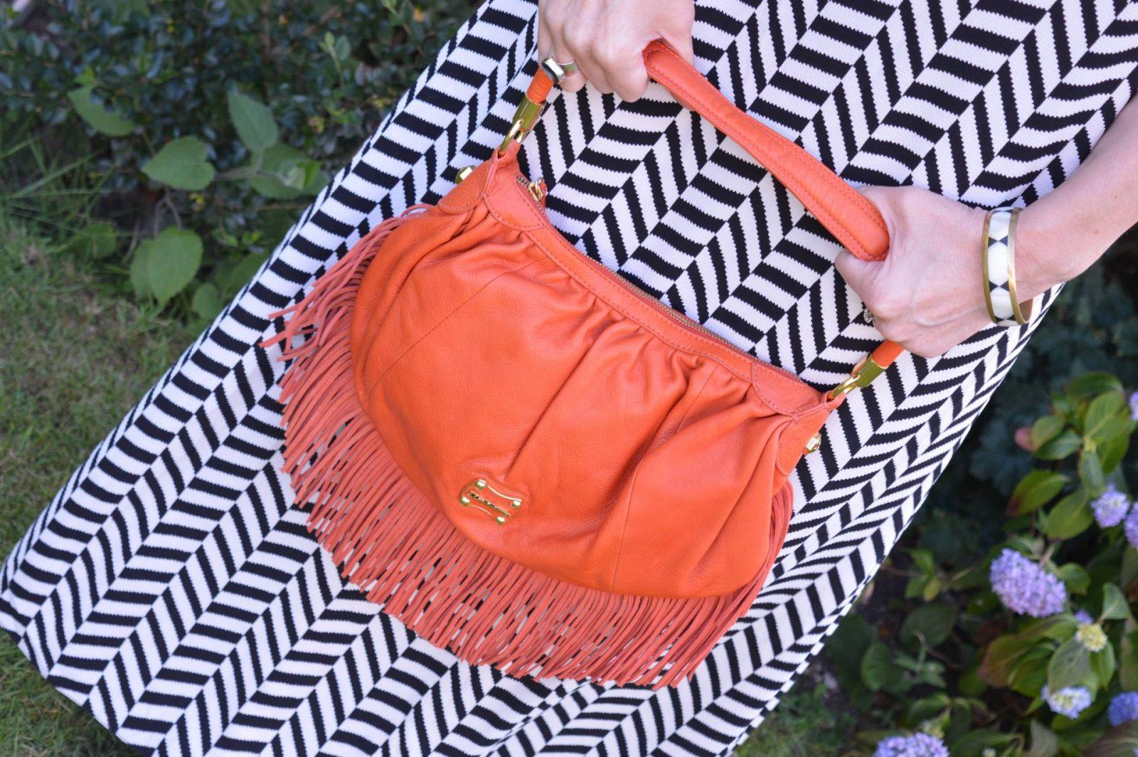 Liquorish Black and White Maxi Dress With a Wide Brim Hat orange Modalu fringe bag
