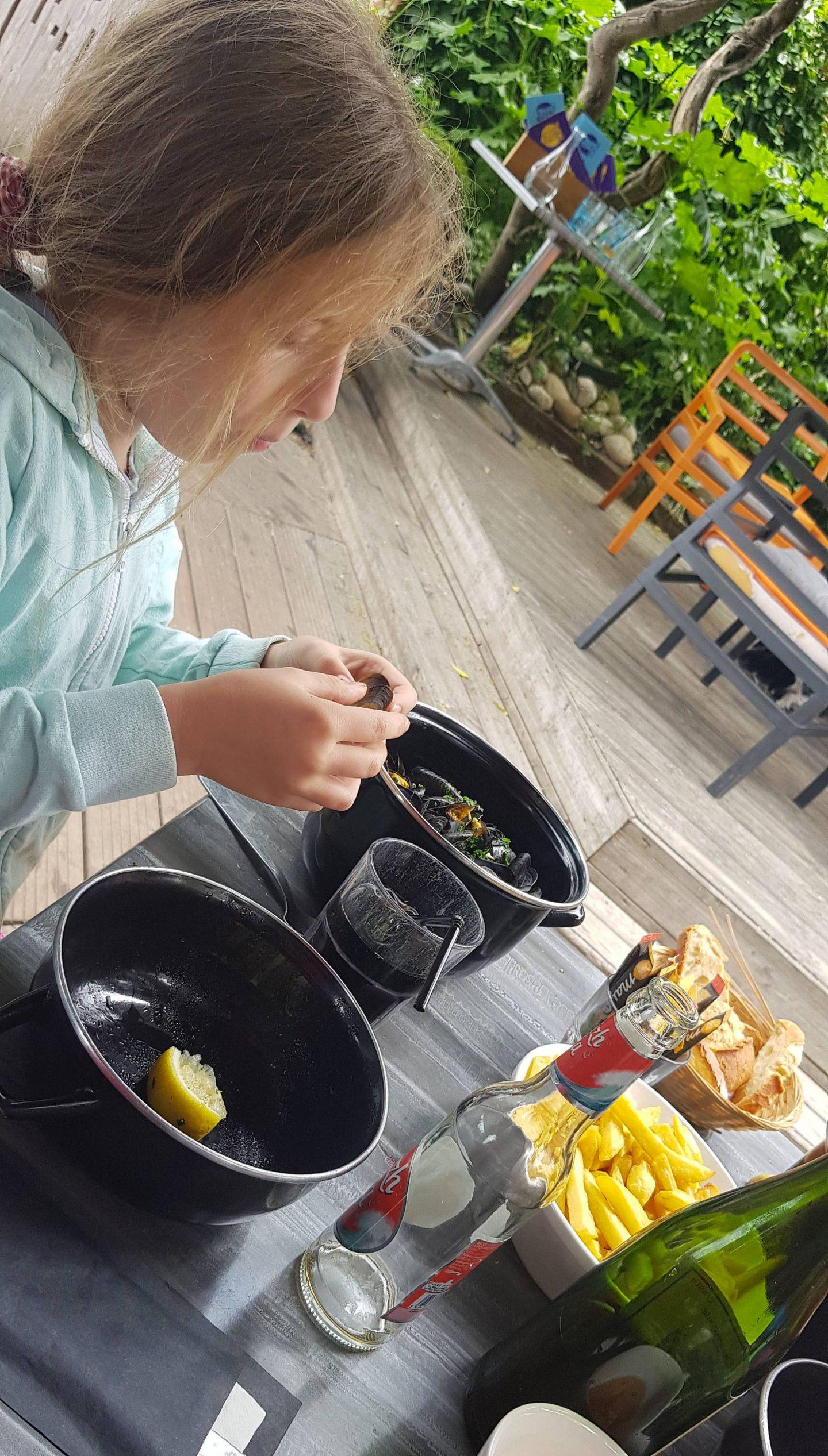 moules-frites at Les Cochons Flingueurs, St Quay